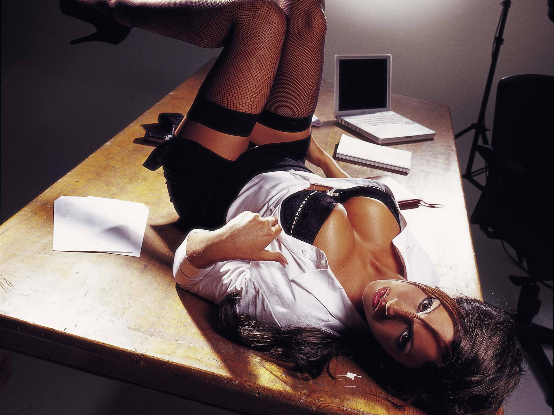 дороге они девушки на офисном столе ухоженные стопы пяточками